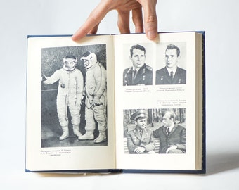 Conquerors of space book in Russian, history about Soviet Space History, book 1971 illustrated USSR space story gift