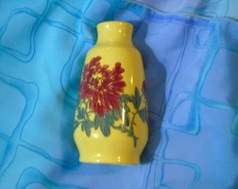 Vintage yellow rust peony vase  5 3/4 inches tall