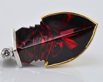 Distinctive Art Deco pyrope garnet arrow and diamond platinum pendant