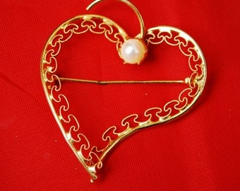 Heart Brooch of gold filigree and pearl pin