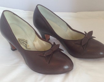 1960s does 1930s chocolate brown leather pumps with bow detail - AU 7 / EU38