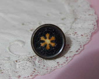 Design Underglass Threadback Antique Button