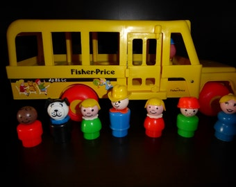 Vintage Fisher Price  SCHOOL BUS and Seven  Little People  1984
