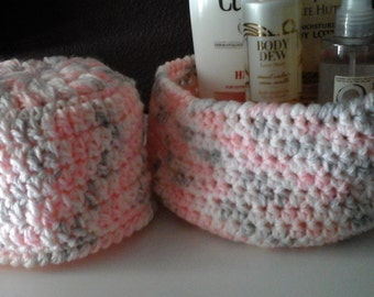 Crocheted basket and bathroom tissue cover set pink