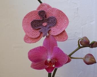 Tutoriel Broche pince à cheveux Orchidée rose crochetée, fleurs au crochet, orchidée au crochet, tuto bijoux fleur orchidée 3D au crochet