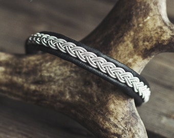 Sami bracelet made of reindeer leather, braided pewter wire/tin thread and reindeer antler – custom made