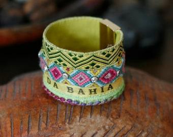 Bracelet brésilien manchette SÃO PAULO, turquoise jaune vert lime rose vif, bracelet de l'amitié, galon, clous laiton, cuir, fermoir aimanté
