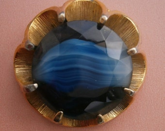 B494) A lovely vintage gold tone metal large round faceted blue stripped faux agate glass claw set brooch