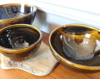 Tenmoku-glazed porcelain bowls with decorated exterior