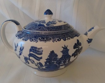 Blue Willow Collection  Earthenware   Johnson Brothers   England   Classic    Timeless