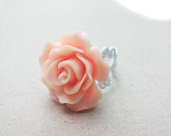Peach rose ring // Resin cabochon flower // Adjustable filigree band // Flower ring // Garden party // Wedding // Gift for her