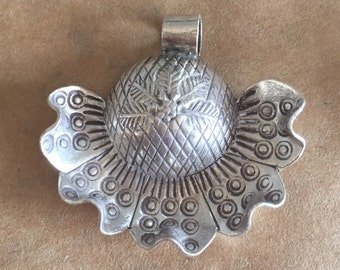 Thai Hill Tribe Silver Flower Pendant (item no. P183)
