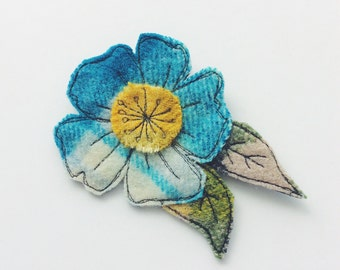 Blue - white - woolrug - flower brooch