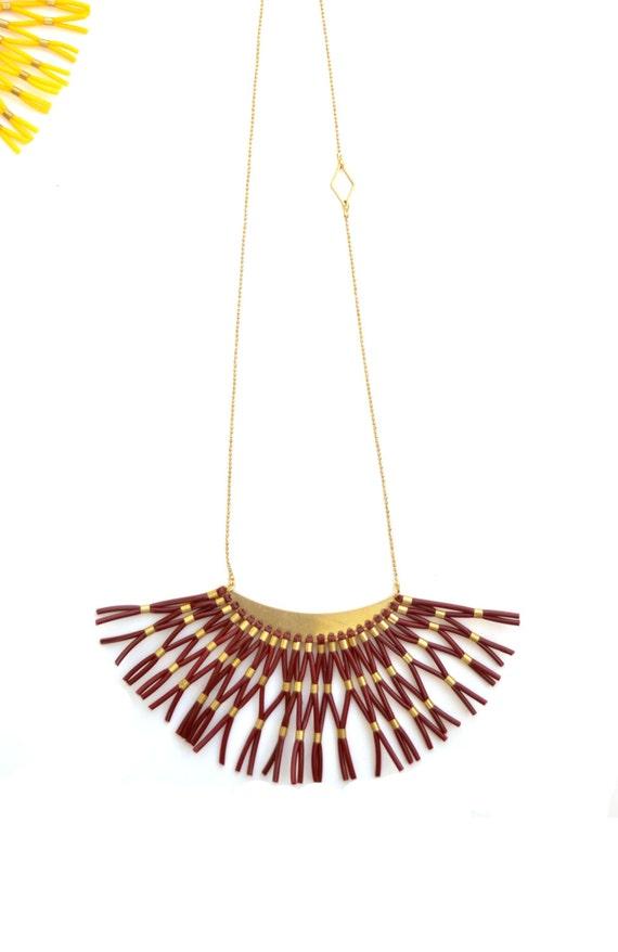 Collier plastron Rouge Bordeaux demie lune tissage scoubidou, chaîne boules laiton, court ou long deux longueurs