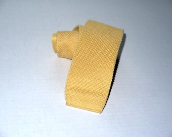 Vintage 80s Mens yellow knit tie / 1980s sweater crochet cotton / slim narrow necktie / skinny flat bottom square end / Etienne Aigner