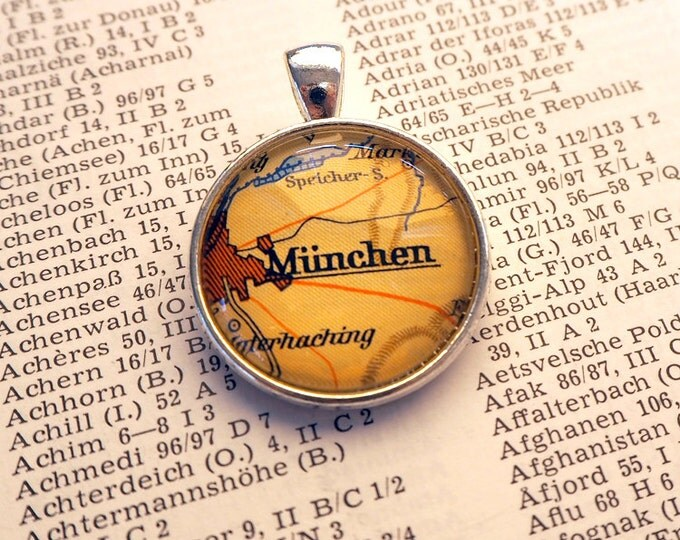 NECKLACE or KEYCHAIN, Germany, Munich, Oktoberfest, Map-Pendant, Cabochon, Glass, Atlas, Vintage, Jewlery