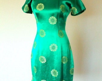 Knockout Emerald Cheongsam/ Chinoiserie /Traditional Mandarin Dress 1960s/ Gold Coin/ Kelly Green/ Chinese Dress/Dragon Lady