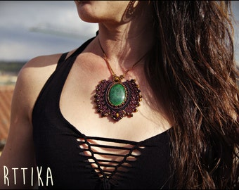 Necklace with MALACHITE macramé.