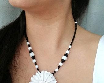 White gerbera daisy necklace, white flower necklace, black and white beaded flower necklace, flower jewelry, boho, wedding, Summer necklace