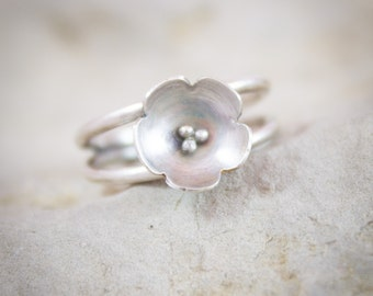 Flower ring in hand-cut sterling silver