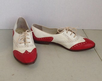 sz 6.5  vintage red and white leather lace up flat shoes