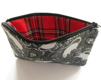 Tartan Lining Paisley Bag. The bag has a paisley rat pattern in black and white. Can be used for cosmetics and accessories