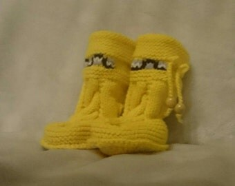 Trendy hand knitted baby bootees