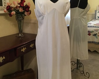 Vintage simple but elegant white full slip in size M-L PRICE REDUCED!