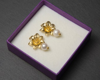 Gold Flower Studs, with Swarovski Pearls. Gold Pearl Earrings. Gold Flower Earrings.