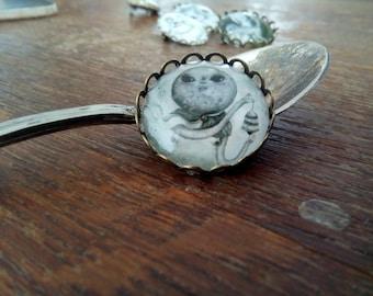 Moon round brooch