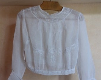A very nice old blouse embroidered 1900 decor shabby