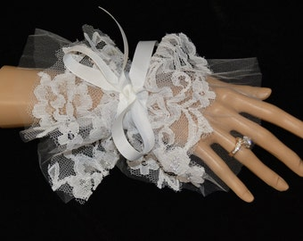 White lace wedding, chic bride gloves, white bridal gloves, Lace Wrist gloves, pretty fingerless, lace deco gloves, bridal accessories