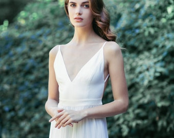 V-neck wedding gown: Light Ivory McKenna