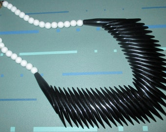Vintage MOD Black and White Plastic Linear Bead Bib Choker Necklace
