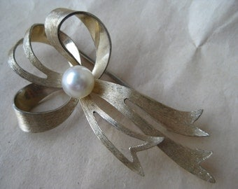 Bow Gold Pearl Brooch Pin Vintage