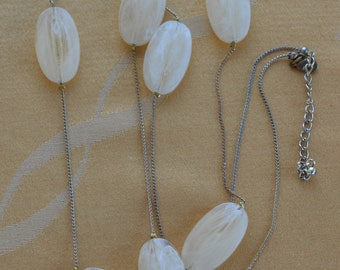 """Pretty Vintage Off-White Large Beaded, Chain Necklace, Gold tone, 42""""-45"""" (B1)"""