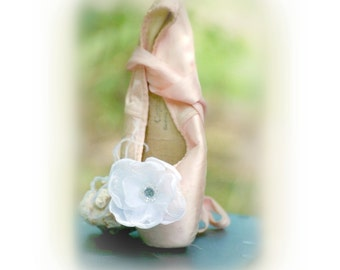 White / Ivory Shoe Clips. Wedding Bride Bridesmaid Maid Honor. Elegant Handmade, Shabby Chic, Organza Pearls, Flat Ballerina Slippers Clips