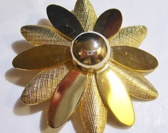vintage large gold tone flower brooch pin by Sarah Coventry 1015D