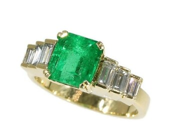 Summer Sale Fine vintage 18kt yellow gold ring set high quality Colombian emerald 2.34ct baguette cut diamonds French control mark France ci