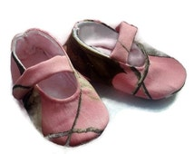 Baby Girl Shoes, Pink RealTree Camo fabric / Baby girl shoes / Newborn girl shoes / Infant girl shoes / Toddler girl shoes