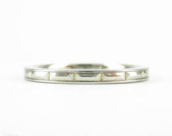Vintage Baguette Design Engraved Wedding Ring, 18 Carat White Gold Narrow Ladies Band. Circa 1930s, Size I / 4.25.