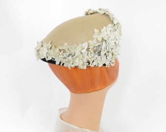 Vintage 1940s hat, white flocked flowers, perfect condition