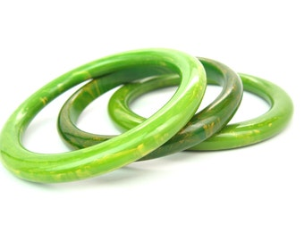 """Bakelite Bracelets. Green Stacking Bangles. Marbled, Creamed Spinach, Summer Green. 1"""" Wide Stack. Set of 3. Vintage 1940s Retro Jewelry"""