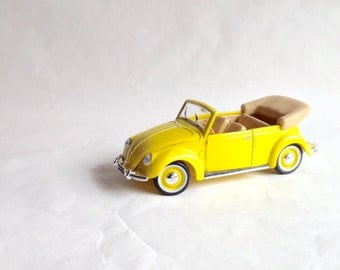 Vintage VW Beetle Convertible - Maisto - Model Car -  1:18 Scale - Yellow VW Bug Cabriolet - Collectible