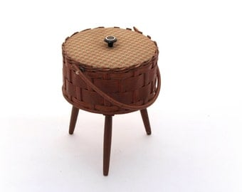 Mid Century wicker sewing storage box 60s, Vintage round wicker box, Sewing supplies brown box, Wicker sewing basket