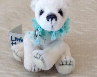 Miniature polar bear - Snow
