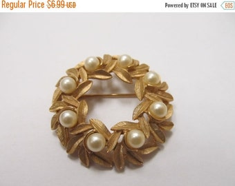 On Sale AVON Faux Pearl Textured Gold Tone Circle Pin Item K # 1158