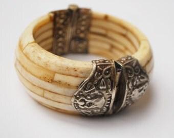 Boho Chunky Bone  bracelet - Creamy white brown bone with silver metal - Hinged bangle - India _clamper