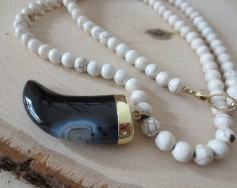 White howlite with black agate horn, agate horn necklace, howlite necklace, horn gold necklace, white stone necklace, black horn necklace