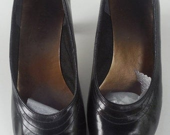 Black Pumps -  Pair of  Airsteps Pumps with 2 inch Heel - Size 9 1/2 - Vintage 1970s - Free US Shipping
